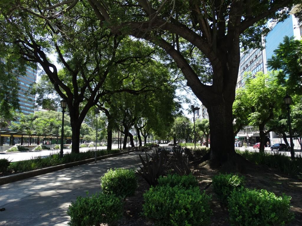 Avenida 9 Julio - la plus large de la planète 140 mètres x 4 kilomètres de long.