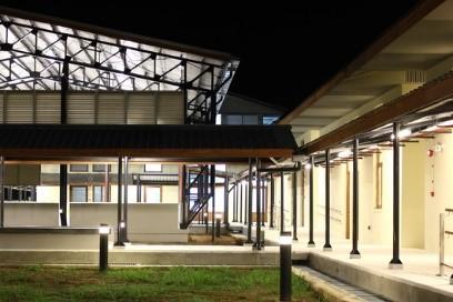 Centre de Réadaptation Physique, Myitkyina, Myanmar, 2016. Vue de l'espace d'exercices depuis le jardin thérapeutique. (CICR)